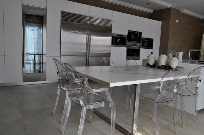 silla Louis Ghost de kartell en cocina